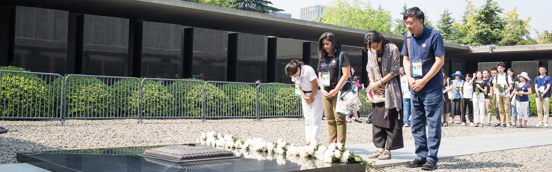 : Bowing and placing of flowers during the commemoration of the anniversary of the day that Japan surrendered to end the Asia-Pacific War in 1945.